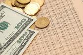 Munten en dollars over getallen — Stockfoto