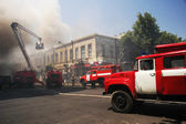 Fire engines at the scene of city fire — Stock Photo