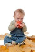 Küçük bir çocuk ve Kırmızı elma. — Stok fotoğraf