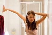 Jonge vrouw in badkamer — Stockfoto
