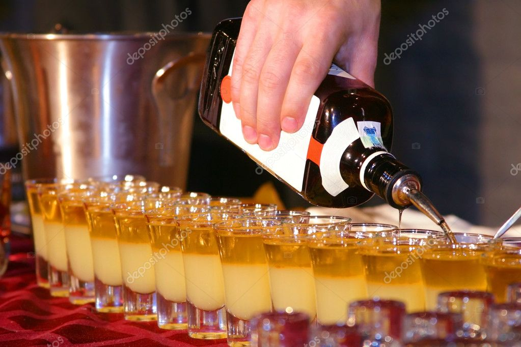 Preparing a cocktail at a restaurant — Stock Photo #1319194