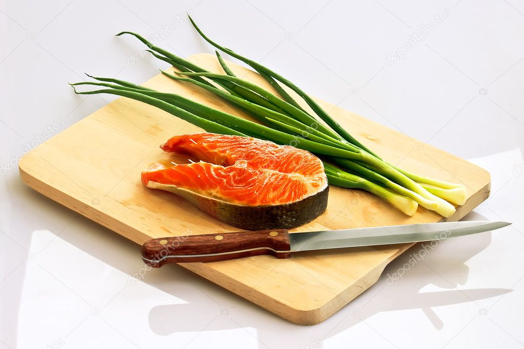 Fresh salmon steak with spring onions on board — Stock Photo #1326618
