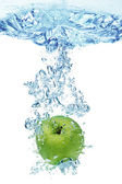 Green apple in water — Stock Photo