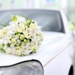 Wedding bouquet lies on the car — Stock Photo
