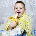 Boy eats a banana — Stock Photo