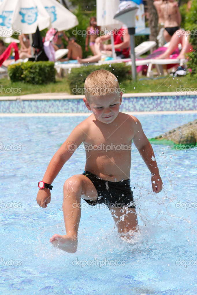 Little boy in the water park — Stock Photo #2599017