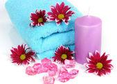 Handdoek en bloemen — Stockfoto