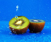 Kiwi with drops of water — Stock Photo