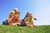 Skupina čtyř přátel a děti — Stock fotografie
