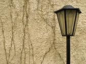 Bir duvar bir arka plan üzerinde fener — Stok fotoğraf