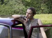 Belle jeune fille à la voiture — Photo