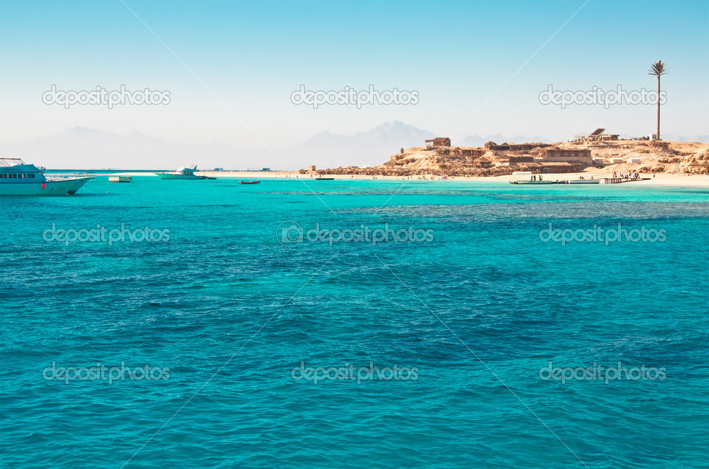 Beach on tropical island. Yachts in green marina — Stock Photo #2199351