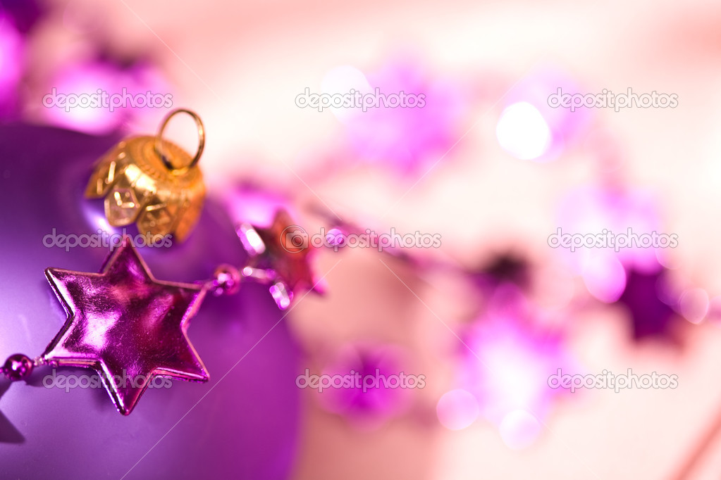 Holiday series: lilac christmas ball and starshaped garland — Lizenzfreies Foto #1297081