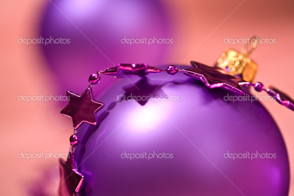 Holiday series: lilac christmas ball and starshaped garland — Stockfoto #1309606