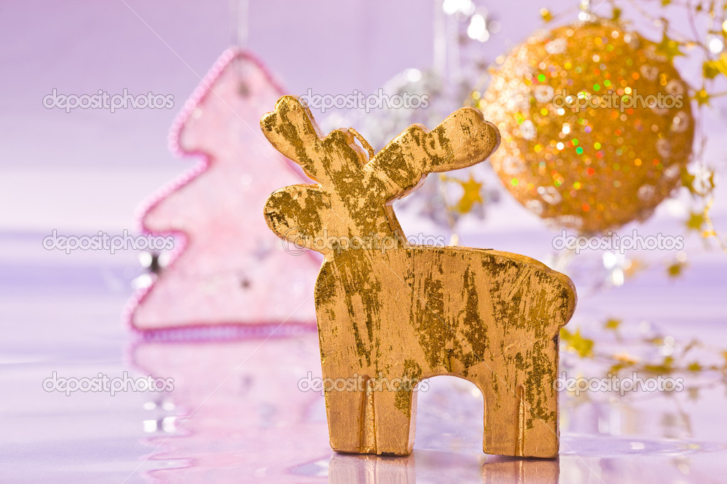 Holiday series: christmas golden deer with decorated fir — Stock fotografie #1367098