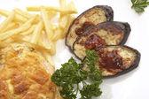 Kycklingkött med vegetabiliska garnera — Stockfoto