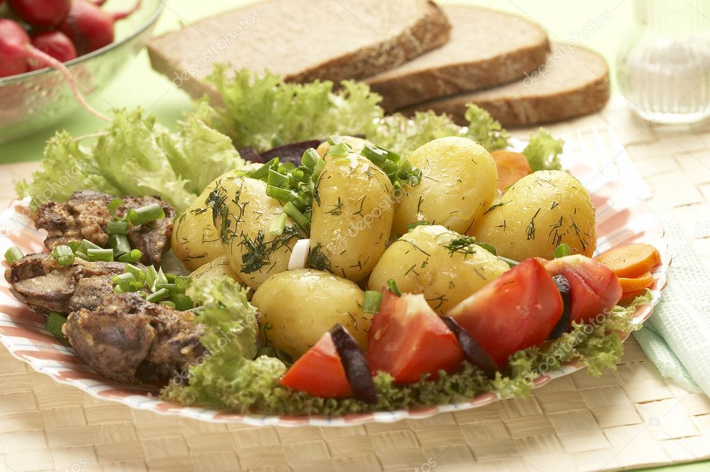 Cooked new potatoes with liver — Stok fotoğraf #1463304
