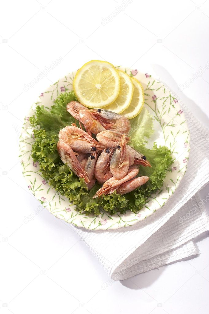 Shrimp on the lettuce with lemon — Stock Photo #1463632