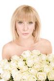 Mulher bonita com flores em branco — Foto Stock
