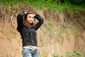 Beautiful girl stay against the bluff — Stock Photo