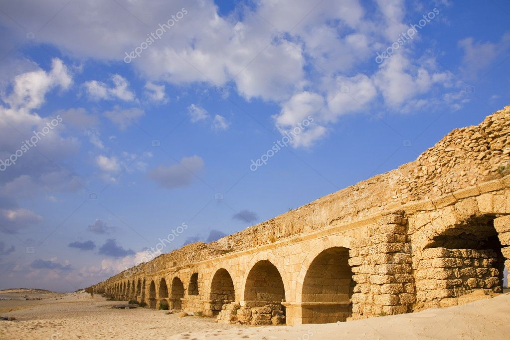 Perfectly kept aqueduct of the Roman period at coast of Mediterranean sea in Israel — Stock Photo #2575796