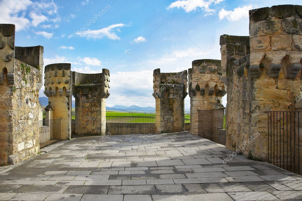 Survey platform on a roof medieval palace and ruins of columns — Stock Photo #2600367