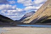 Płytkie jezioro w górach w Kanada — Zdjęcie stockowe