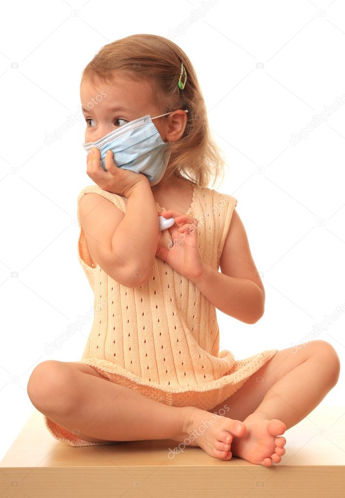 Little girl in a non-permanent medical mask with a thermometer. — Stock Photo #1219726