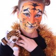 Girl a tiger with a toy tiger cub. — ストック写真