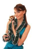 Hermosa chica con un cachorro de tigre de juguete. — Foto de Stock