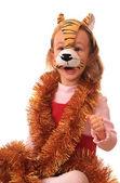 Маленькая девочка находится в маску тигра. — Стоковое фото
