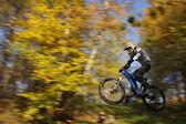 飞骑自行车的人 — 图库照片
