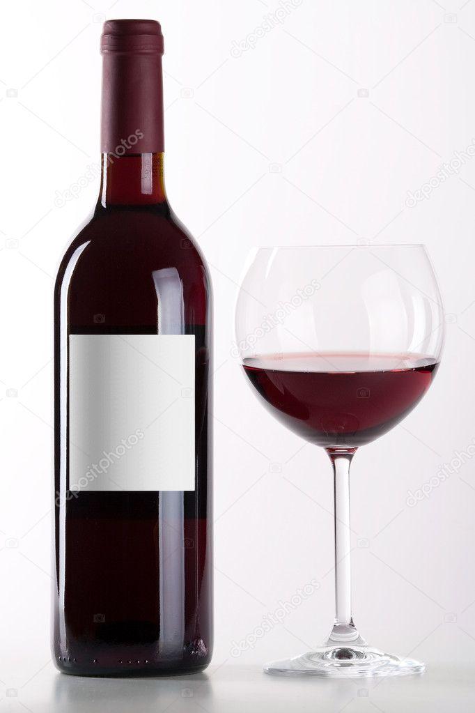 botella y vaso de vino tinto foto stock karandaev 1235218