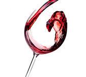 Vino rosso viene versato in un bicchiere — Foto Stock