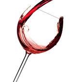 Rode wijn wordt gegoten in een glas — Stockfoto