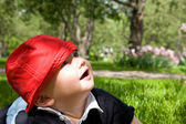 Little kid in grass — Stockfoto