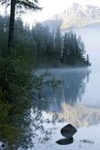 Mountain lake and fog — Stock Photo