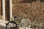 Fahrrad an der wand — Stockfoto