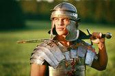 Un valiente soldado romano en campo. — Foto de Stock