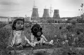 маленькая девочка, сидя с кукла — Стоковое фото