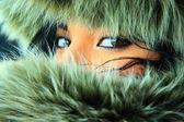 Mujer joven y bonita con una capucha de piel. — Foto de Stock