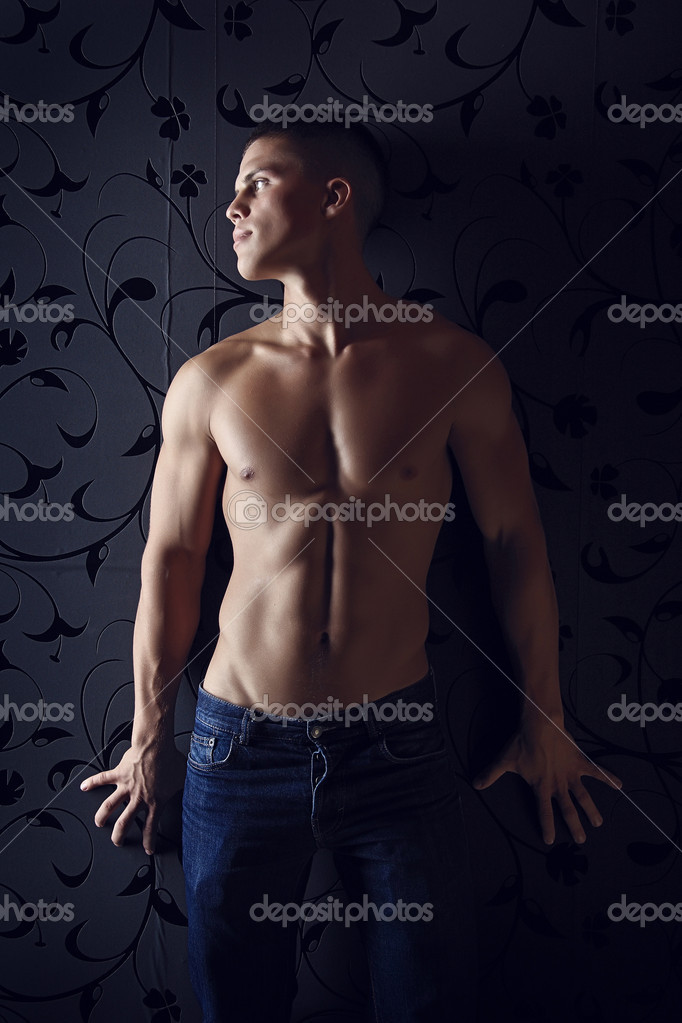 Sexual young macho with a beautiful body of the athlete. A photo in a low key. — Stock Photo #1260768