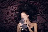 Glamour dam med dyrt mode liljegren — Stockfoto