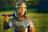 Een dappere romeinse soldaat in veld. — Stockfoto