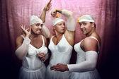 Elbiseli balerinler üç güçlü adamlar — Stok fotoğraf