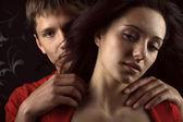 两个恋人在黑暗的背景 — 图库照片