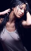 在湿 t 恤的年轻性感的女孩 — 图库照片