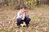 Der junge sitzt auf ball — Stockfoto