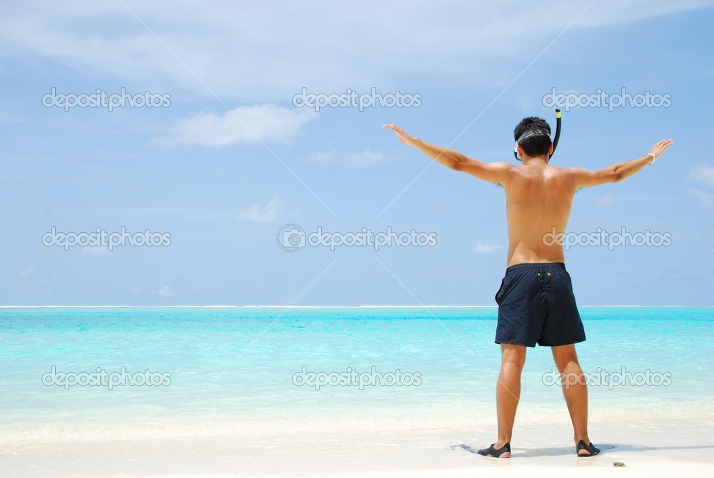 Man getting ready to go snorkeling in a tropical island — Stock Photo #1227759
