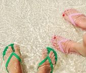 Ojotas coloridos mar translúcido — Foto de Stock